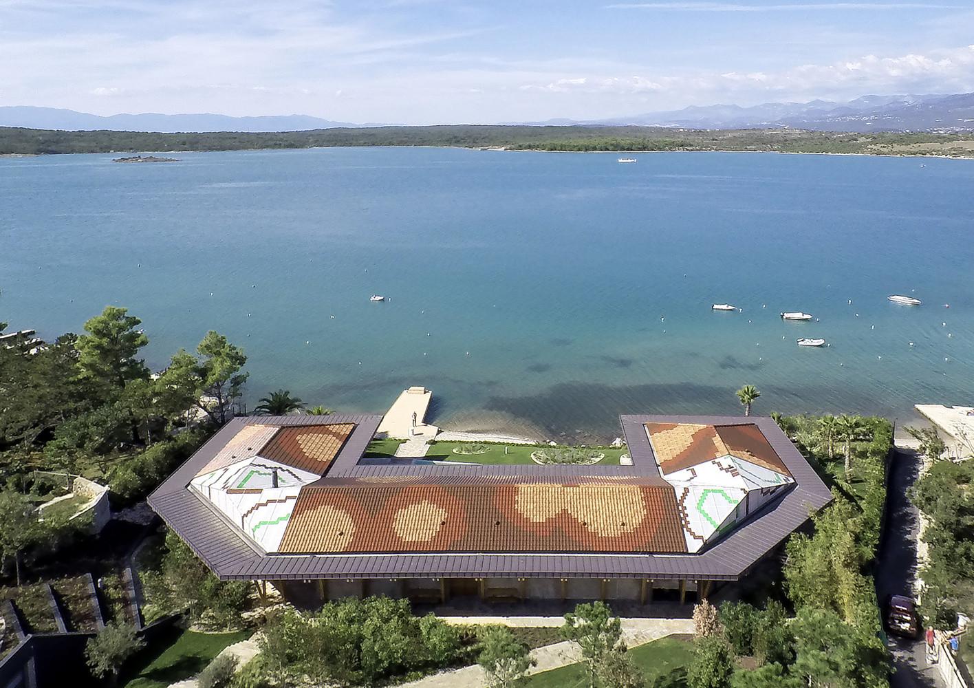 Una espectacular casa de madera y hormigón con vistas al Adriático