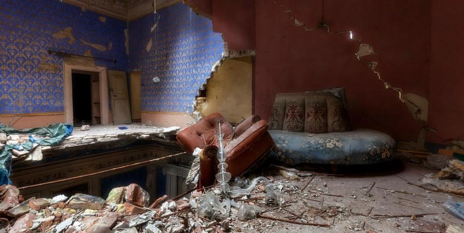 Casa derrumbada en estado de abandono