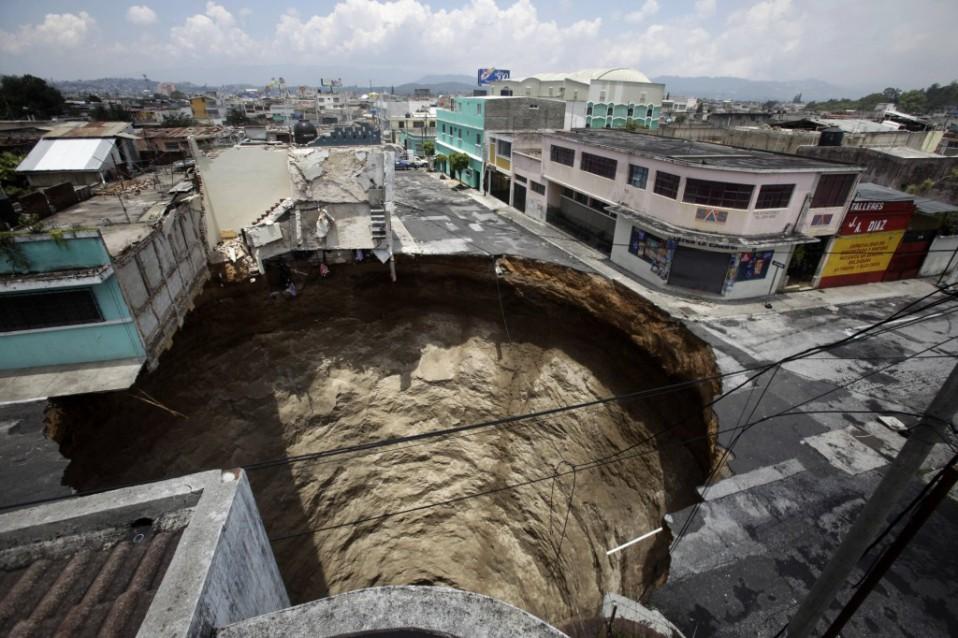 Socavón en la Ciudad de Guatemala tras una tormenta tropical / Daniel Leclair/Reuters
