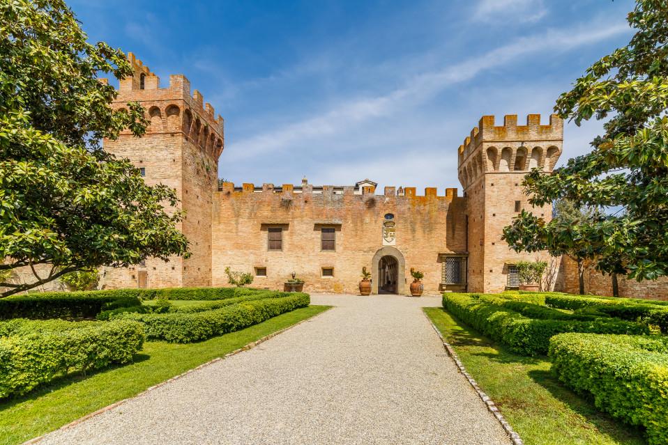 El Castillo de Oliveto en Castelfiorentino, Toscana / Lionard Luxury real estate