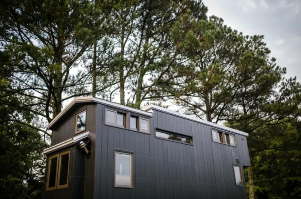 Cada vez más personas eligenvivir en pequeñas casas prefabricadas, sin renunciar al estilo y la comodidad / Wind River Tiny Homes via Apartment Therapy