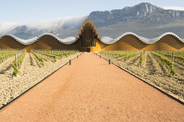 10 - Bodegas Ysios en La Rioja alavesa, España, de Santiago Calatrava. Alberto Loyo