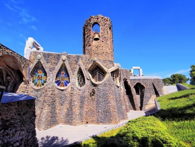 16 - La iglesia de Colònia Güell en Barcelona, España, de Antonio Gaudí. Karol Kozlowski