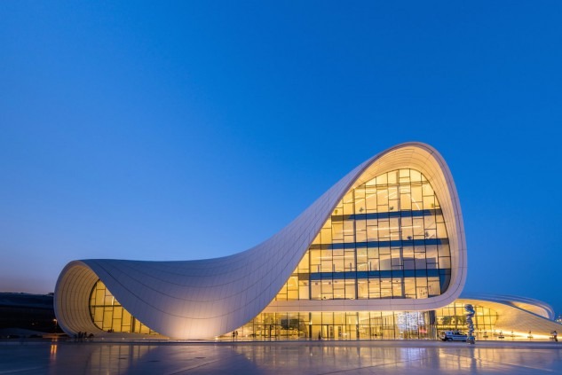 2 - Heydar Aliyev Centre en Baku, Azerbaijan, de Zaha Hadid. Elnur