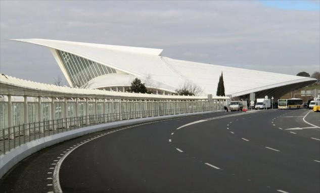 61 - Aeropuerto de Bilbao, en España, de Santiago Calatrava.