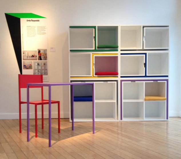Una estantería que oculta mesas y sillas