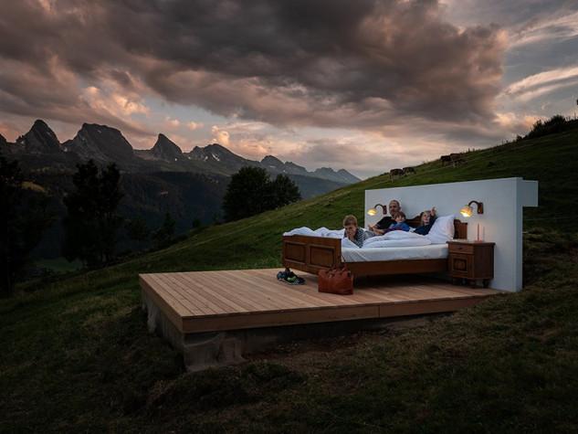 La suite consiste en una cama doble, una televisión y una caja fuerte
