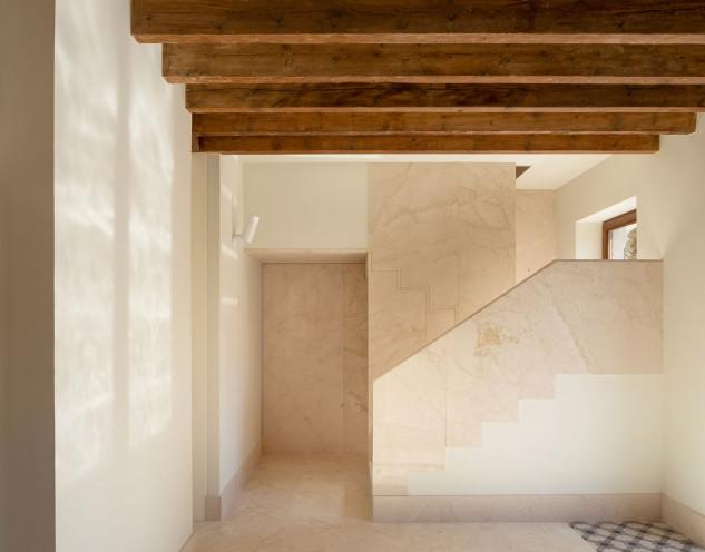 Reforma minimalista recupera el esplendor de una casa del siglo pasado