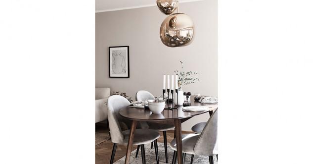 table en bois et chaise blanche