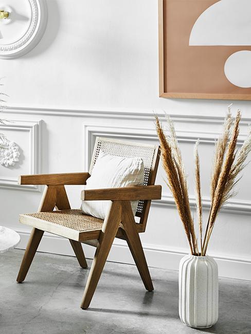 chaise en bois avec un vase blanc