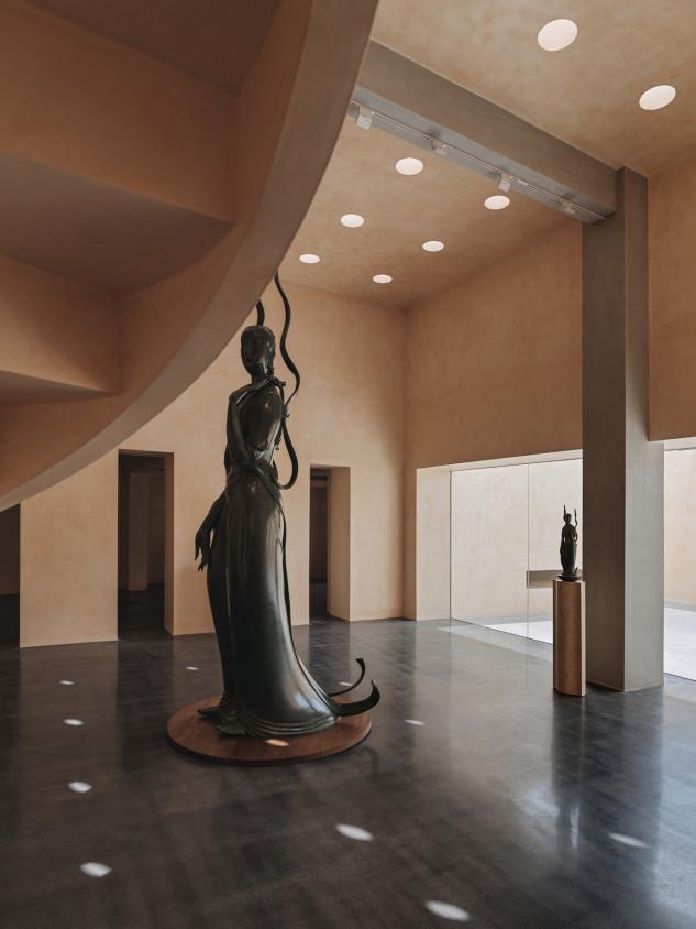 Hay estatuas de diferentes tamaños