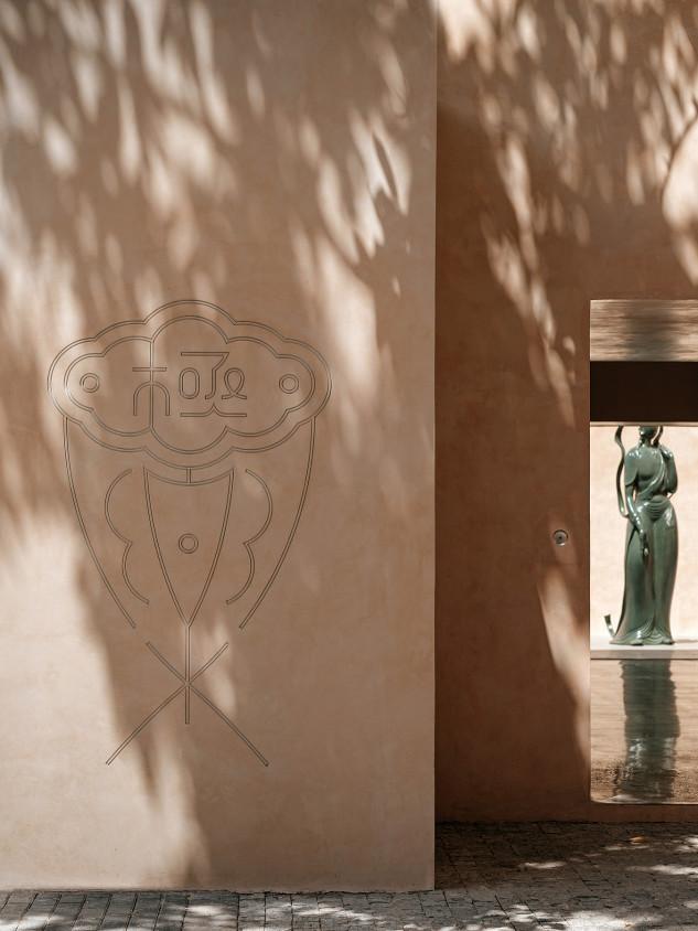 Las estatuas, hechas de materiales como vidrio y jade