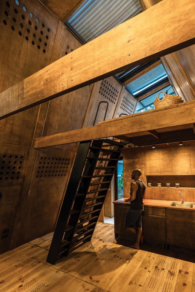 Unas escaleras dan acceso a la parte de arriba