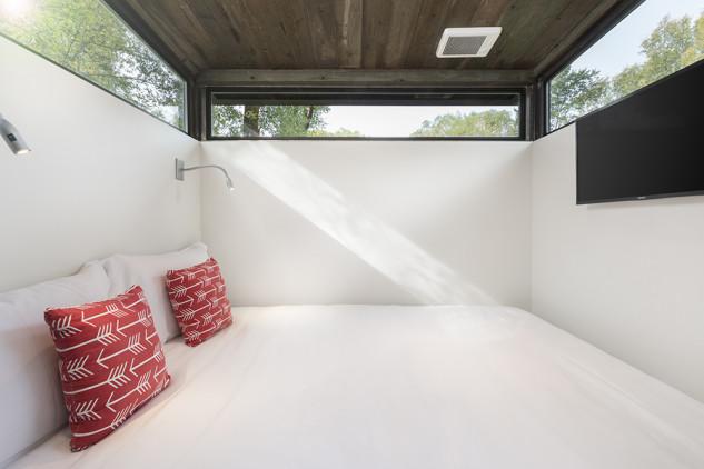 Una cama grande y con luz natural