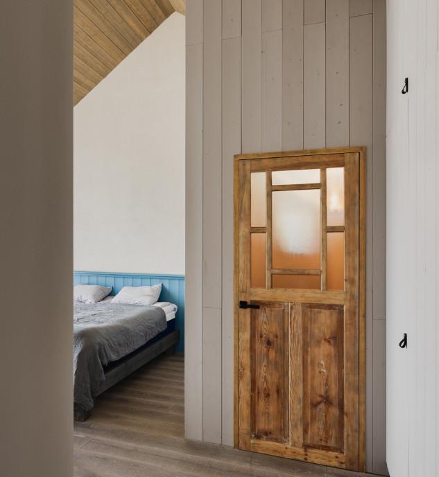 Techos de madera inclinados y con paneles en las paredes