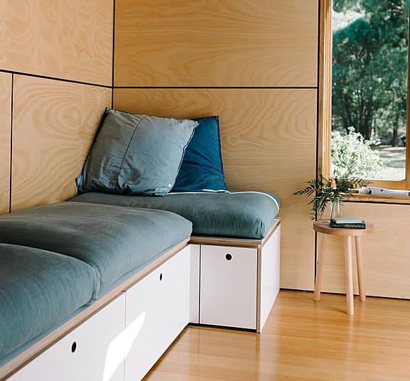 Un canapé avec rangement