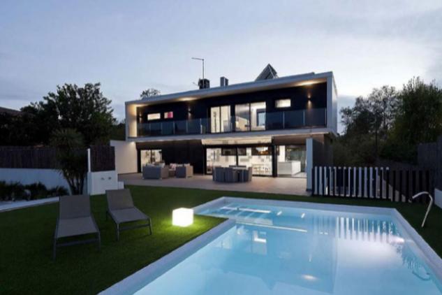 Diseño con jardín y piscina