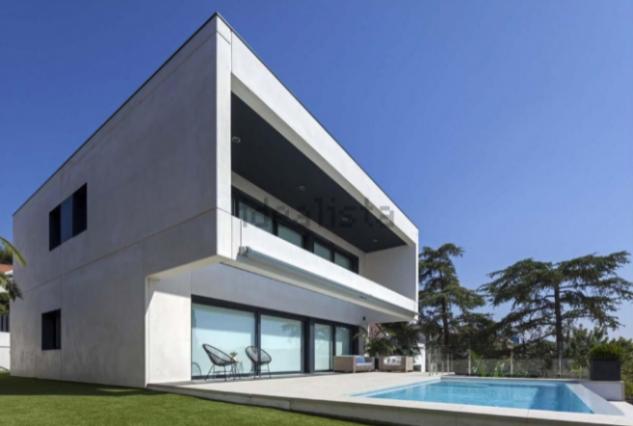 Casa prefabricada con jardín y piscina