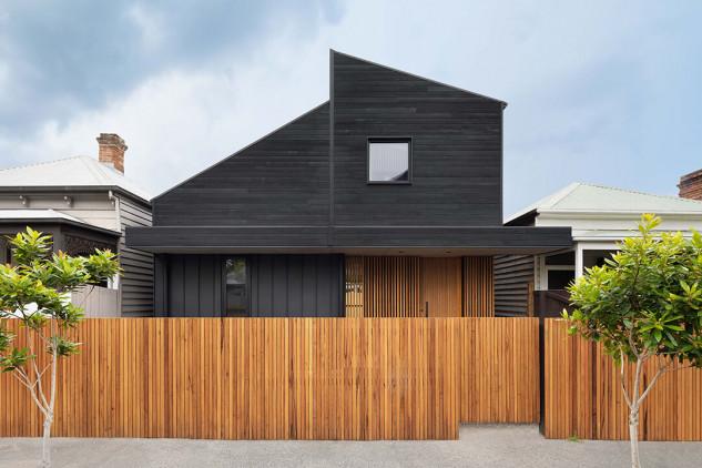 Combina madera natural y pintada en negro