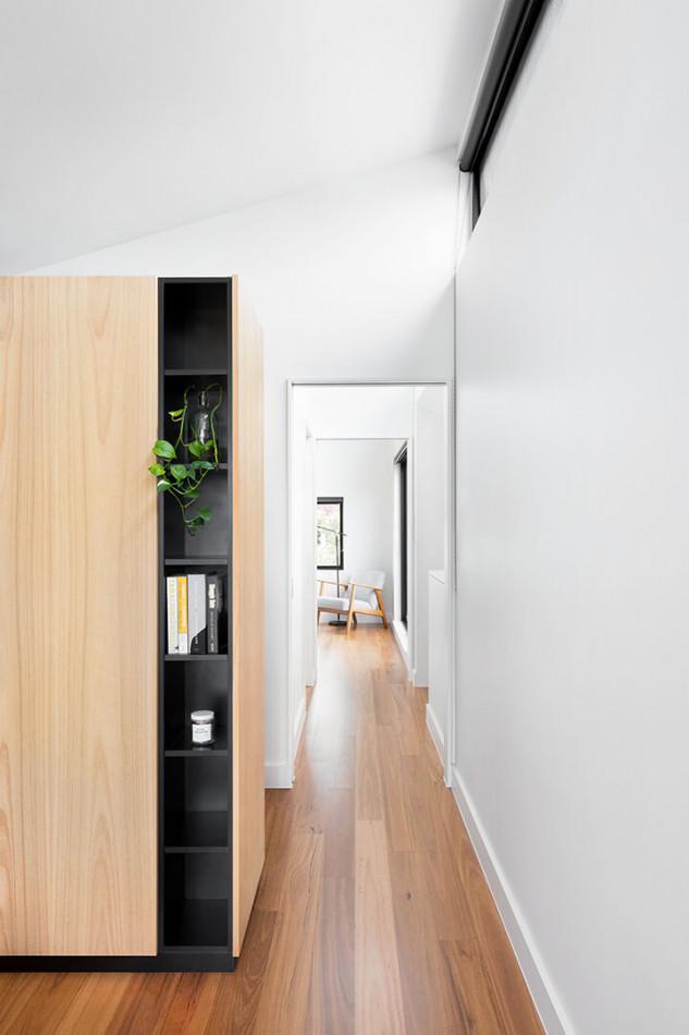 La madera y el negro, una constante en toda la casa