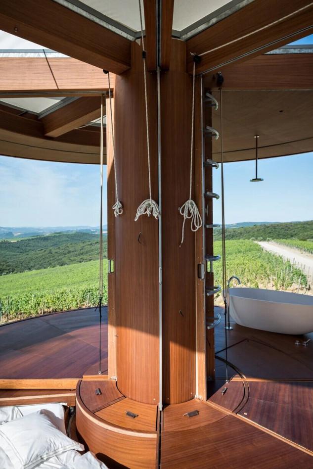 la cabaña incluye telas hechas de plástico reciclado, paneles fotovoltaicos integrados