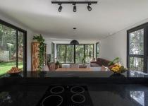 Imagen 1 - Una casa prefabricada de dos volúmenes e integrada en la naturaleza de Brasil