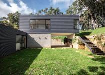Imagen 2 - Una casa prefabricada de dos volúmenes e integrada en la naturaleza de Brasil