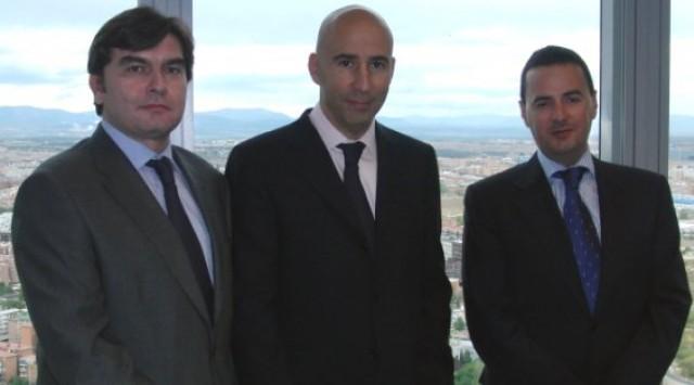 de izquierda a derecha: antonio herrero, consejero delegado; sergio martínez, presidente, y miguel zornoza, director de agencia