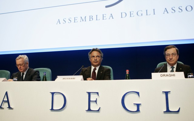 mario draghi, presidente del bce (a la derecha de la foto)