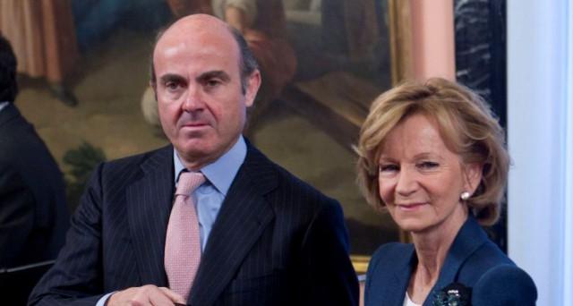 el ministro de economía, luis de guindos, con su antecesora en el cargo, elena salgado