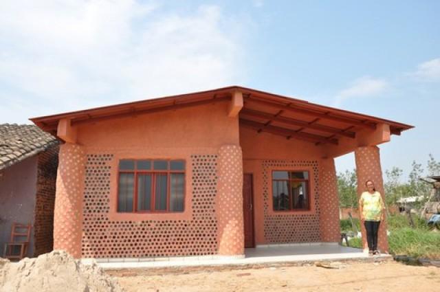 una de las viviendas hechas con botellas de plástico