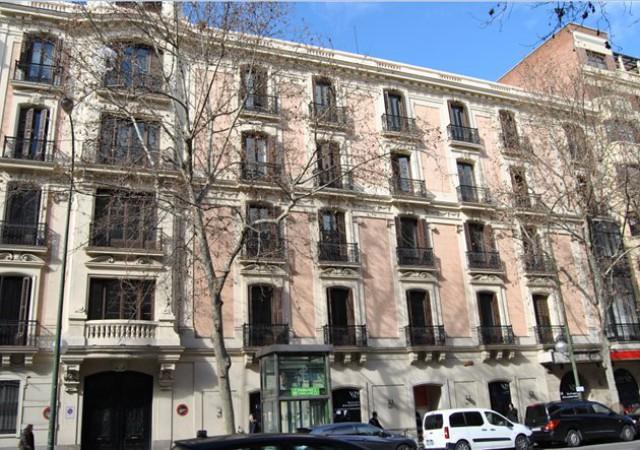fachada del edificio de viviendas de lujo situado en el barrio de salamanca (madrid)