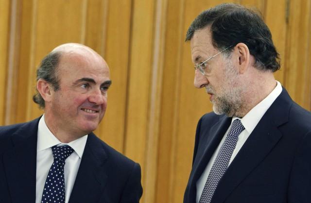 luis de guindos, ministro de economía, junto con el presidente mariano rajoy
