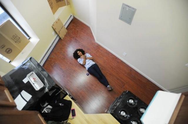 una reportera del diario 'daily news' muestra la 'amplitud' del piso más pequeño en alquiler de nueva york