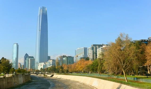en la actualidad chile tiene el edificio más alto del continente: la gran torre santiago, de 300 metros