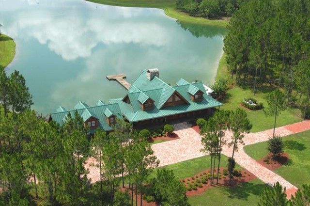 el rancho cuenta con un lago privado en mitad del bosque