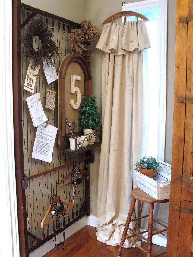 un antiguo somier de hierro en tabln de pared