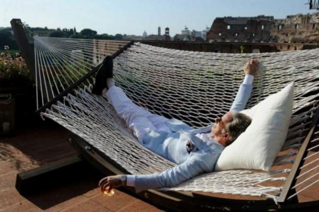 jep gambardella, protagonista de 'la gran belleza', admira el coliseo tumbado en la terraza de su casa