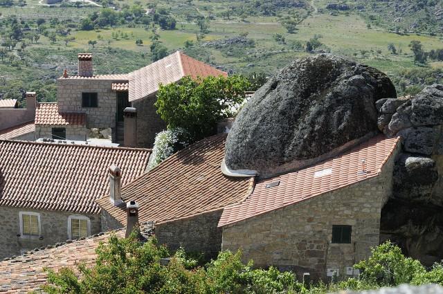 la_casa_piedra_de_monsanto_portugal_01.jpg