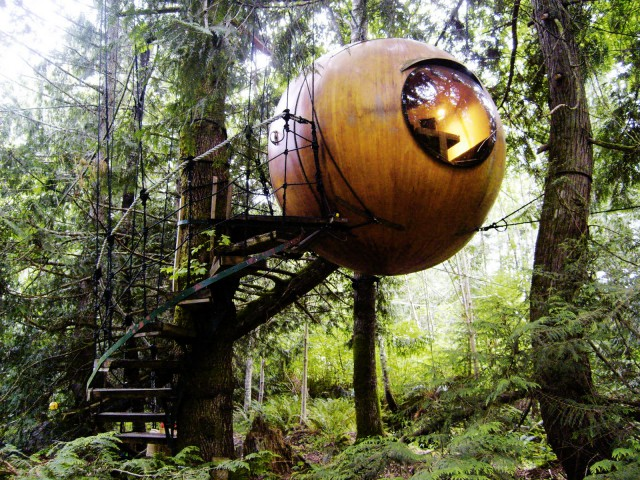 hoteles con encanto dormir flotando en el bosque en una esfera colgada de un rbol
