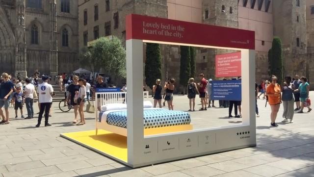 Cama instalada en la plaça de la Seu, frente a la Catedral de Barcelona