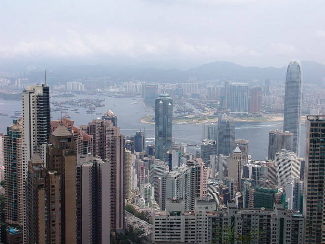 The Center visto desde un mirador de Hong Kong / Wikimedia commons