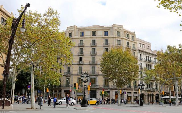 El edificio del número 30 de Paseo de Gràcia, esquina con Diputació / Google Maps