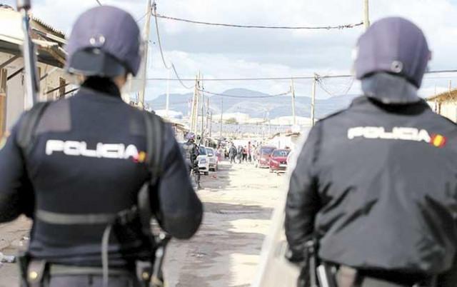 Policía ante la operación ´Goodbye Son Banya´ contra el tráfico de drogas en el poblado Son Banya / www.diariodemallorca.es