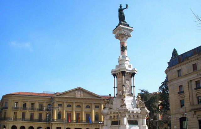 Monumento a los fueros en Navarra / Wikimedia
