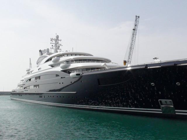Su precio es de 295 millones de euros. El yate cuenta con nada menos que 4.459 m2 de espacio distribuido en siete cubiertas