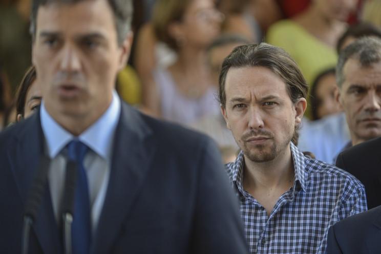 Pablo Iglesias (dcha.) escucha a Pedro Sánchez durante un acto por las victimas del atentado de Niza en 2016 / Gtres