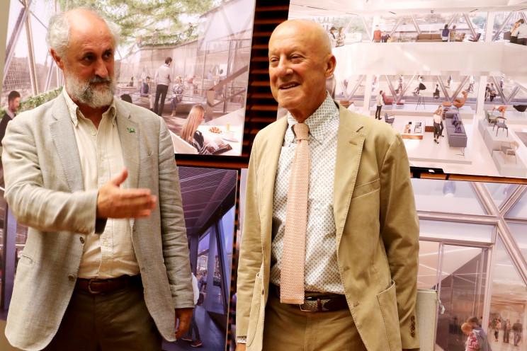 Luis Cueto (izqda.) durante una presentación con Norman Foster / Gtres
