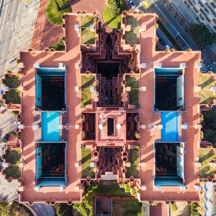 Walden 7 de Ricardo Bofill tiene apartamentos modulares dispuestos alrededor de patios internos / Márton Mogyorósy
