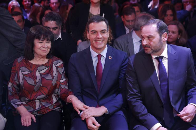 Pedro Sánchez (centro) y José Luis Ábalos, ministro de Fomento / Gtres